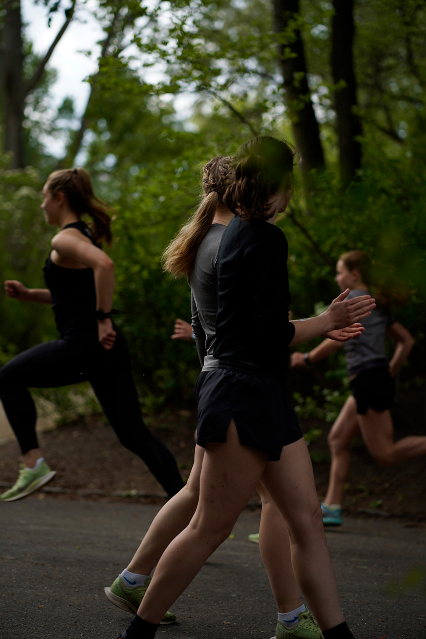 two girls cheering for other girls who do uphills sprints - - Laufteam Berlin